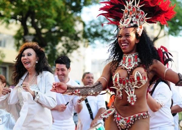 Phedra D. Córdoba (à dir.) cai no samba em plena praça Roosevelt, nas Satyrianas: Vai-Vai fará desfile neste sábado (21), às 19h - Foto: André Stéfano
