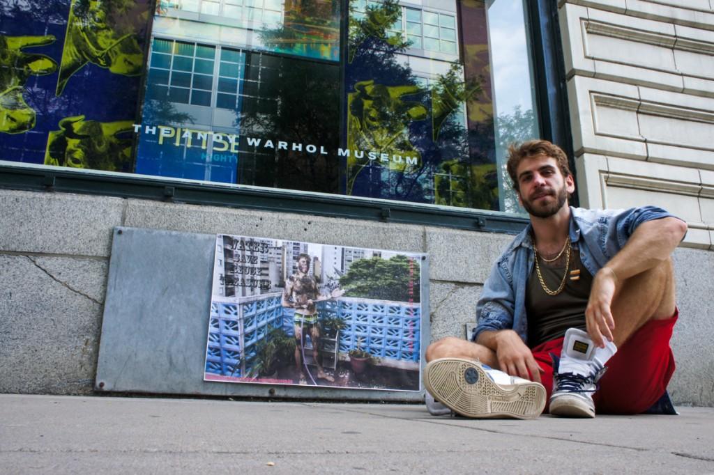 Lambe Lambe internacional: Greg Schaffer e seu retrato do projeto Todos Verão na porta do Andy Warhol Museum - Foto: Paul Steidl/Divulgação