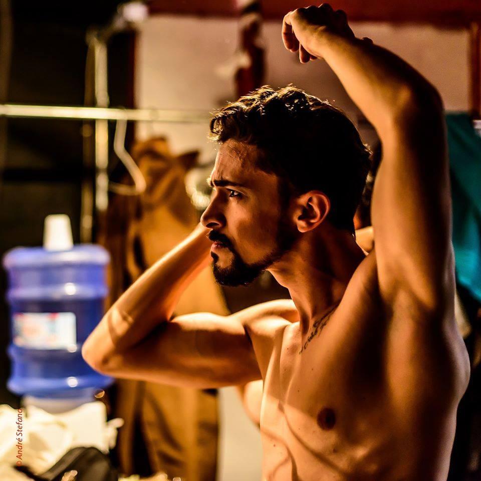 Hugo Godinho, estrela da peça A Filosofia na Alcova, completa 31 anos neste sábado (25) - Foto: André Stéfano/Divulgação