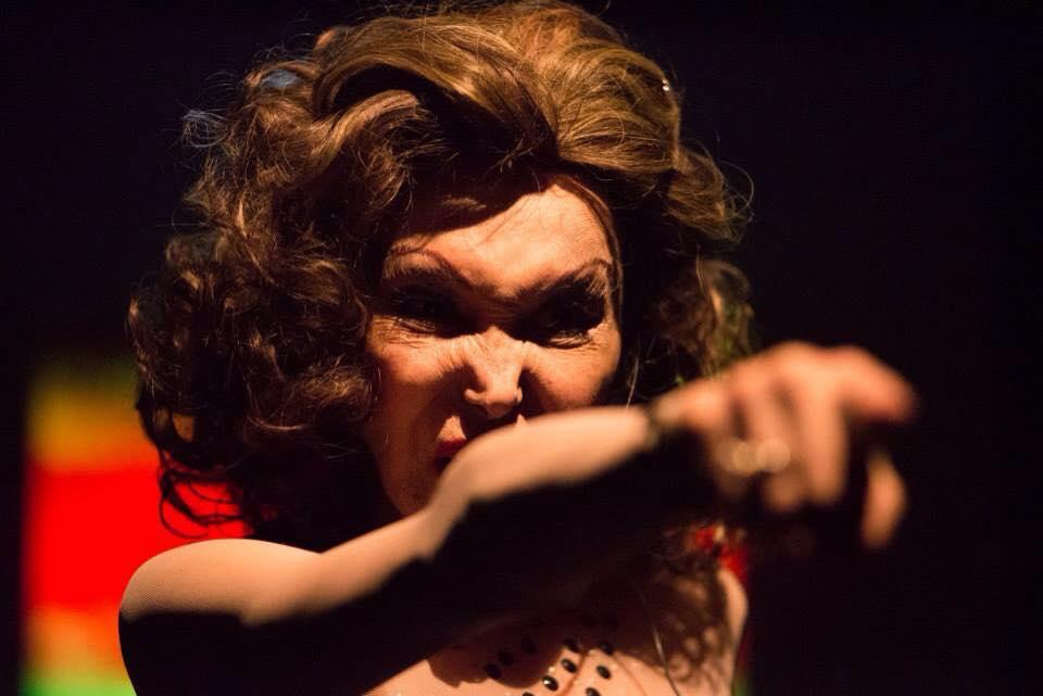 Phedra sendo diva no palco - Foto: Su Stathopoulos/Divulgação