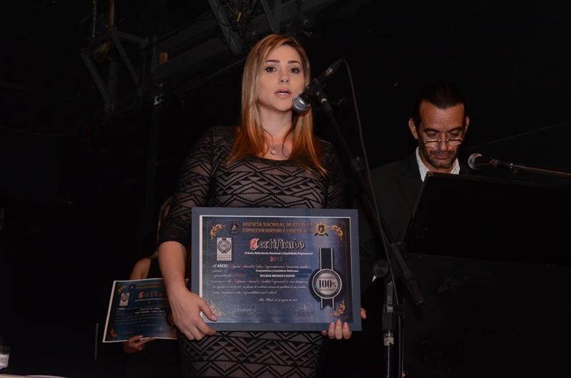 Mylena Cooper recebe em nome do Crematório Vaticano - Foto: Divulgação