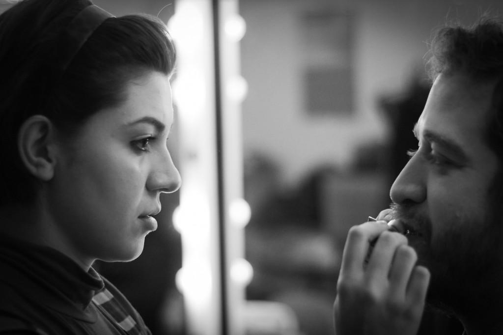 Stella Portieri e Cal Titanero no camarim do Teatro Augusta antes de encenar O Beijo no Asfalto - Foto: Diego Moura/Divulgação