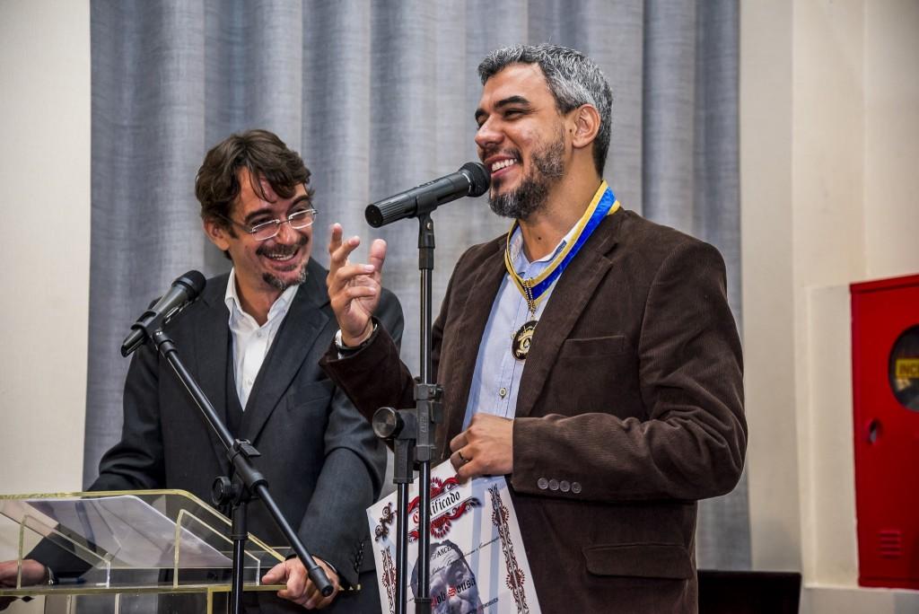 Ao lado de Sacha Rodrigues, o fotógrafo Bob Sousa lembra da importância da Ordem Nelson Rodrigues e disse que estava emocionado - Foto: Chello Fotógrafo