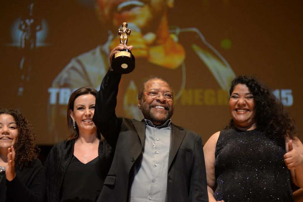 Martinho da Vila recebeu o Troféu Raça Negra ao lado da família - Foto: Divulgação