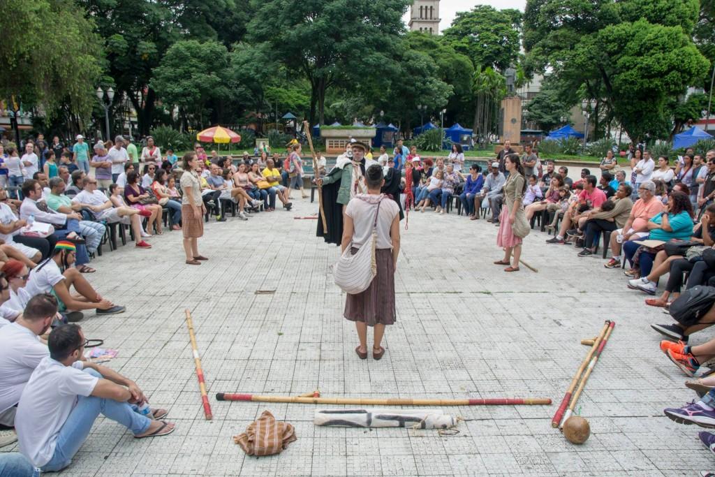 Espetáculo de Mato Grosso do Sul, Tekohá - Ritual de Vida e Morte do Deus Pequeno é apresentado na praça José Bonifácio, em Piracicaba, no 10º Fentepira - Foto: Rodrigo Alves