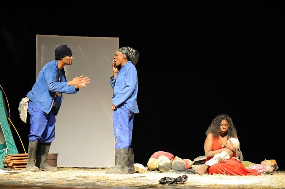 Cena da peça Cinzas sobre as Mãos, de Moçambique, apresentada no Festival de Teatro Lusófano, em São Paulo - Foto: Divulgação