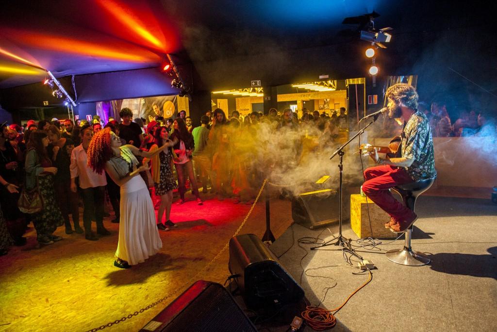 Gustavito anima o Cine-Lounge em Tiradentes com seu show - Foto: Leo Fontes/Universo Produção/Divulgação