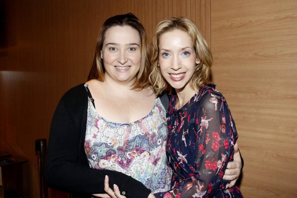 Kiara Sasso recebe o abraço da amiga e atriz Andrezza Massei - Foto: Paduardo/Phabrica de Imagens/Divulgação