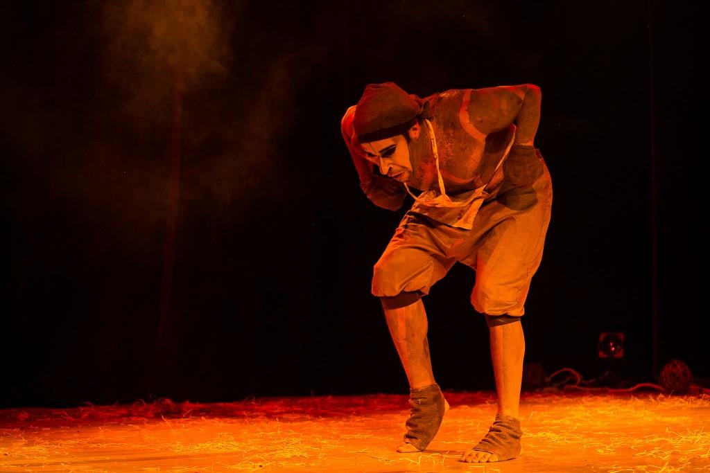 Com fusão de homem e boi em O Açougueiro, Alexandre Guimarães vira sensação no 25º Festival de Teatro de Curitiba - Foto: Lina Sumizono/Clix