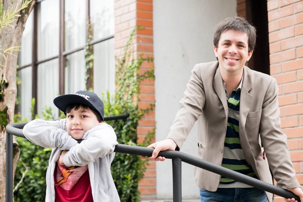 Raul, de dez anos, vai se apresentar ao lado do pai, Rafael Barreiros, o Palhaço Alípio no MishMash no 25º Festival de Teatro de Curitiba - Foto: Annelize Tozetto/Clix