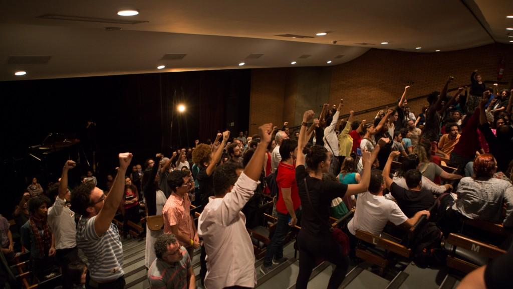 Parte da plateia reage em apoio aos artistas negros na performance-política Em Legítima Defesa, no Centro Cultural São Paulo, na última sexta (4) - Foto: Caio Campos/Divulgação