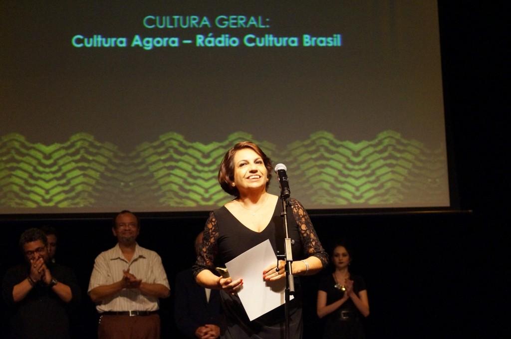 Cirley Ribeiro rebe o APCA para o programa Cultura Agora - Foto: Roberto Ikeda/Divulgação