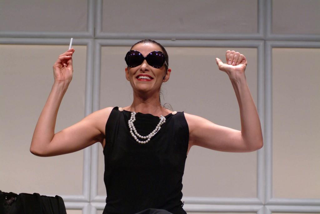 Mônica Martelli vive Fernanda, uma jornalista louca para arrumar marido em comédia no Teatro Porto Seguro - Foto: Lívio Campos/Divulgação