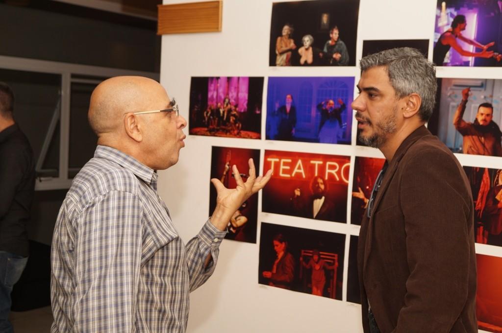 O ator Pascoal da Conceição elogia a exposição Retratos do Teatro, em conversa com o fotógrafo Bob Sousa - Foto: Roberto Ikeda/Divulgação