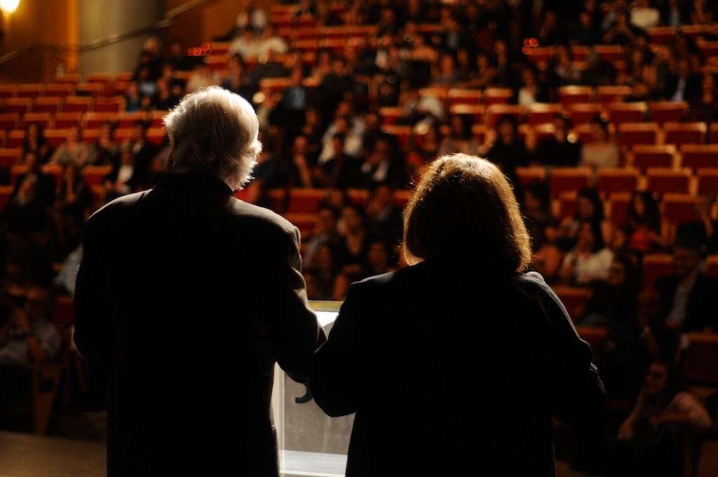 Lauro César Muniz e Bárbara Bruno apresentam a categoria literatura - Foto: Bob Sousa