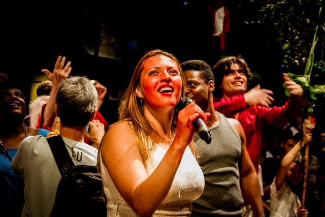 Os atores Danielle Rosa, Tony Reis e Roderick Himeros no Ato Cultura pela Democracia no Teat(r)o Oficina, em São Paulo - 4/4/2016 - Foto: Jennifer Glass/Fotos do Ofício/Divulgação