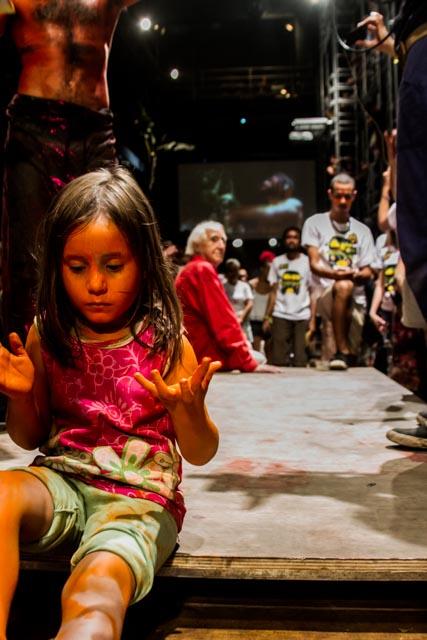 Criança participa do Ato Cultura pela Democracia no Teat(r)o Oficina, em São Paulo - 4/4/2016 - Foto: Jennifer Glass/Fotos do Ofício/Divulgação