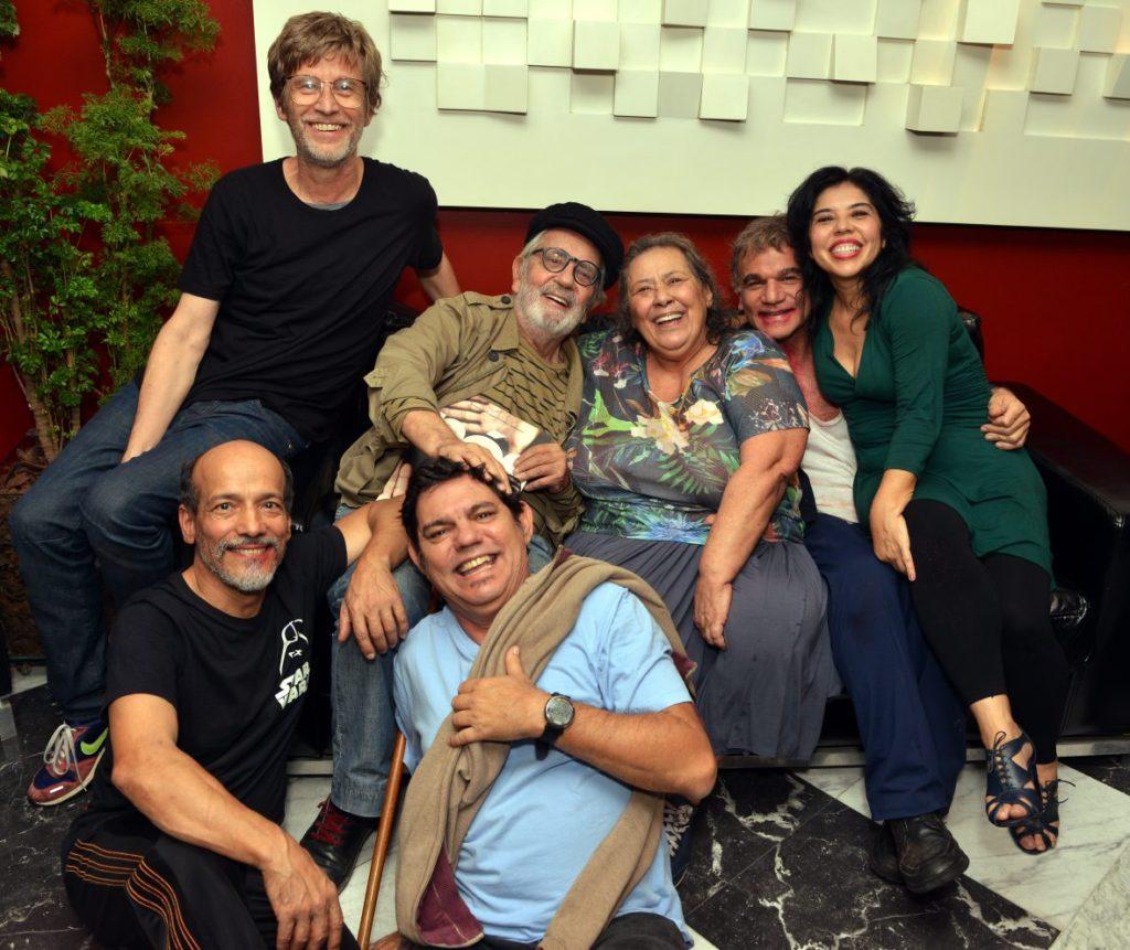 Paulo José posa com os amigos do Grupo Galpão após estreia de Nós no Rio - Foto: Cristina Granato/Divulgação