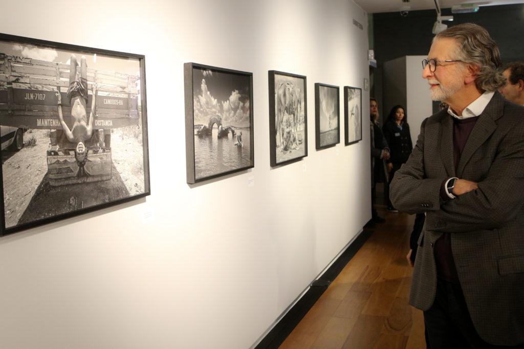 Jayme Garfinkel, presidente do conselho da Porto Seguro visitando a exposição - Foto: Nilton Santana/Divulgação