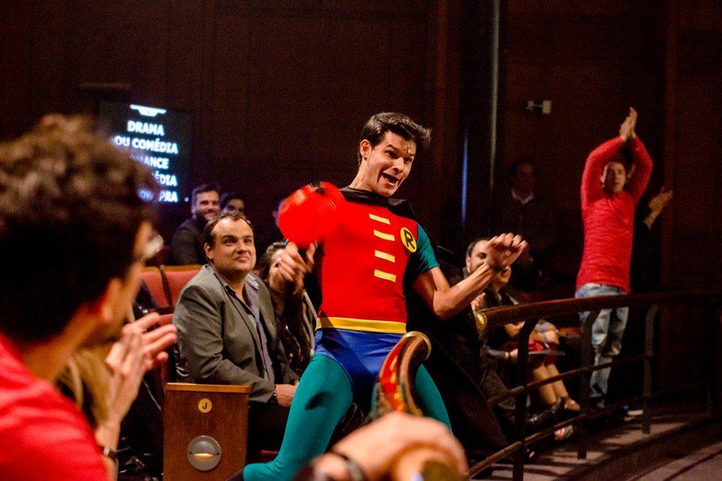 Ruy Brissac contagiou a plateia como Dinho de O Musical Mamonas - Foto: Caio Gallucci/Divulgação