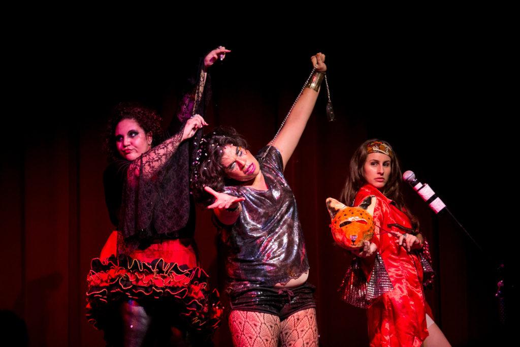 Stéfano Belo performa ao lado das atrizes Liza Caetano e Lauanda Varone na peça Hermanas Son las Tetas, de Juan Manuel Tellategui, no Festival de Teatro de Curitiba de 2016 - Foto: Annelize Tozetto