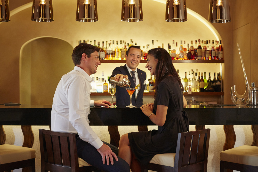 Casal no bar do hotel: drinques e coquetéis especiais - Foto: Divulgação