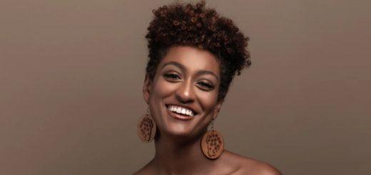 Mulher Negra sorrindo - Foto: Nappy.co/Divulgação - Blog do Arcanjo