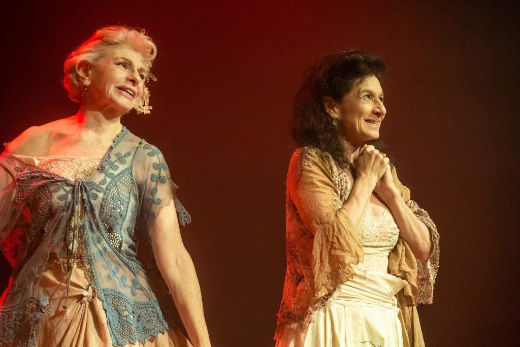 As atrizes Lilian Blanc e Tuna Dwek na estreia da peça Amanhã Eu Vou abrindo a terceira temporada do Teatro Vivo em Casa - Foto: Edson Lopes Jr. - Blog do Arcanjo