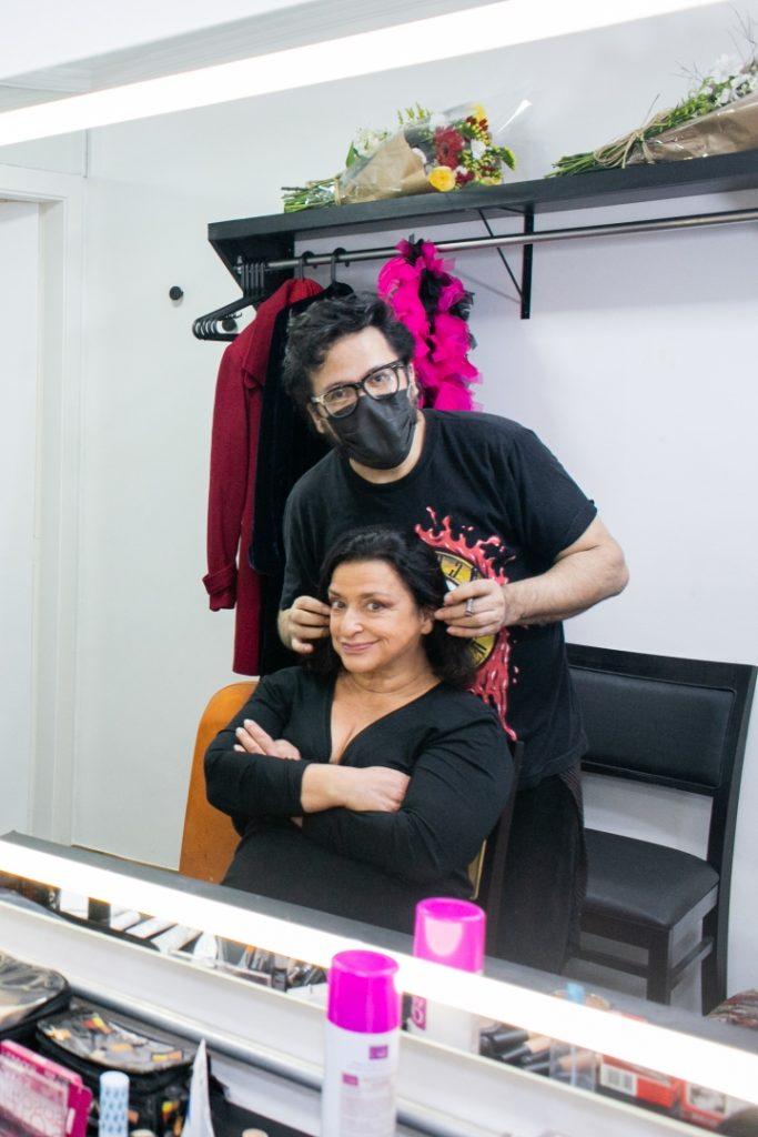 O maquiador Cabral e a atriz Grace Gianoukas no camarim do Clube Barbixas de Comédia na estreia de Grace em Revista - Foto: Annelize Tozetto - Blog do Arcanjo