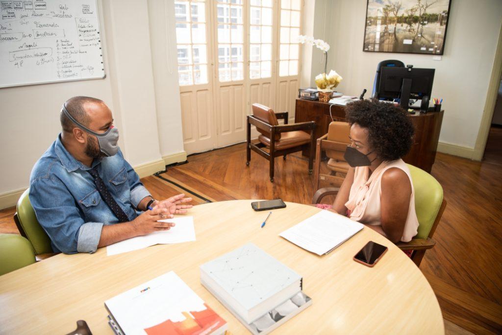 Miguel Arcanjo Prado entrevista Aline Torres, secretária de Cultura de São Paulo, em seu gabinete - Foto: Bob Sousa - Blog do Arcanjo