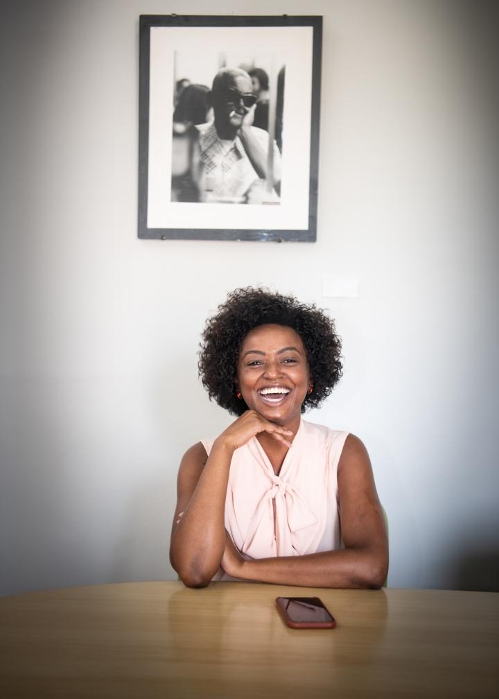 """Aline Torres, secretária de Cultura de São Paulo, em seu gabinete: """"O Cartola na parede fui eu quem trouxe e ele sempre me acompanha"""" - Foto: Bob Sousa - Blog do Arcanjo"""