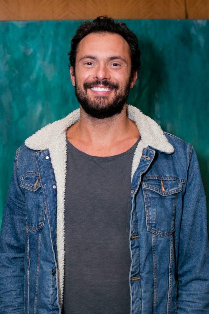 O ator Adriano Toloza aplaudiu a estreia de Benditas Mulheres, de Célia Forte, no Teatro Renaissance - Foto: Annelize Tozetto - Blog do Arcanjo